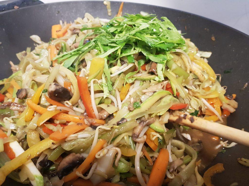 אטריות תרד עם ירקות מוקפצים