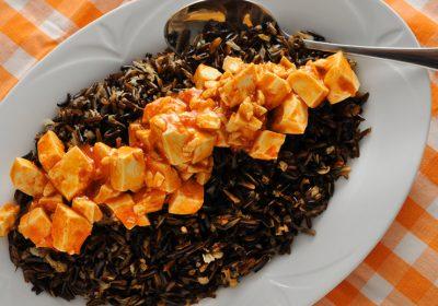 תבשיל טופו חריף מתוק על מצע אורז בר