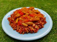 שעועית ירוקה ברוטב עגבניות על מצע אורז אדום