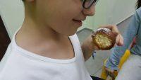 ילד אוכל סופגנייה