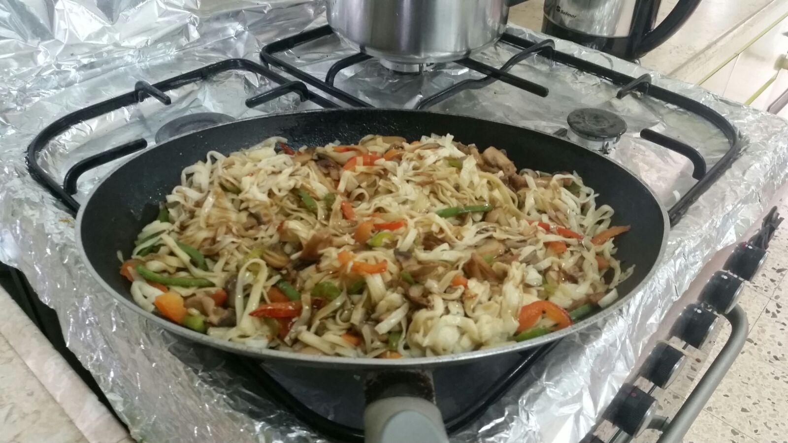 אטריות אורז מלא עם לקט ירקות סיני וטופו