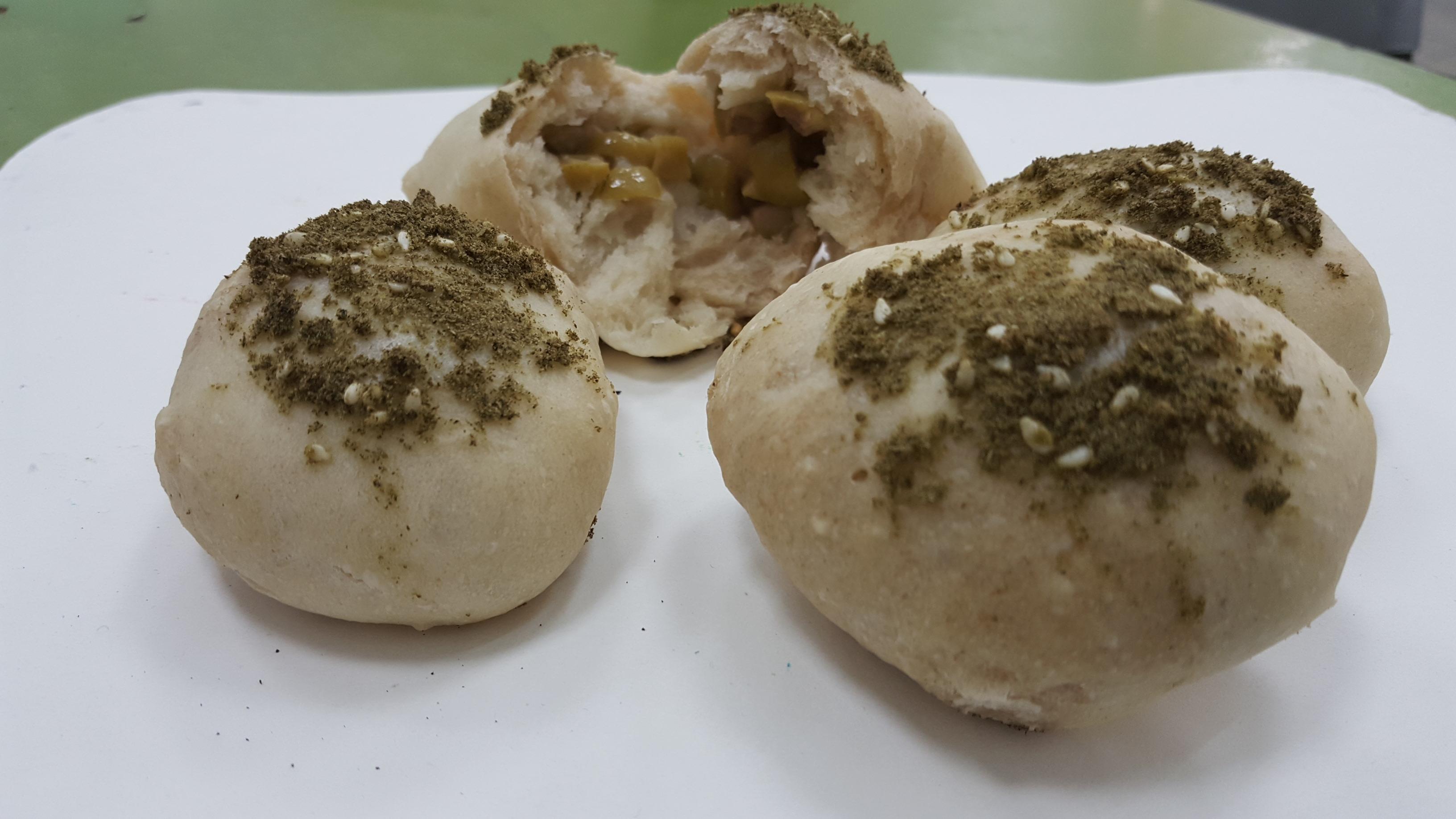 לחמניות כוסמין במילוי זיתים ירוקים ובציפוי זעתר