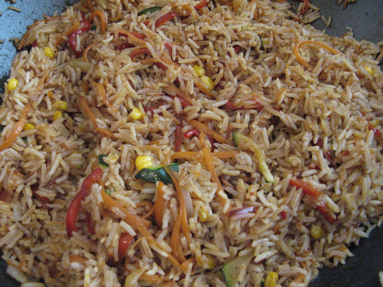 אורז אדום בסגנון סיני עם ירקות מוקפצים